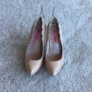 Betsy Johnson Scalloped nude heels 7 1/2